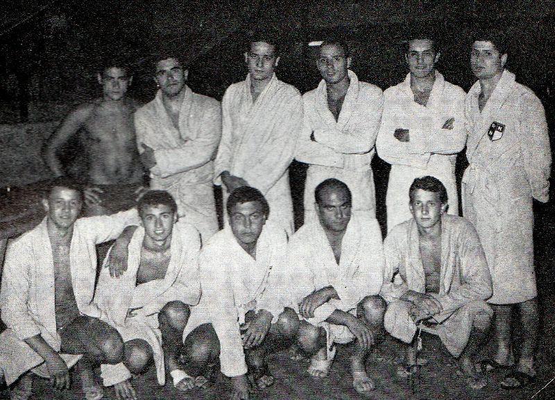 La Rari Nantes Napoli del 1966: in piedi (da sx a dx) Mastrogiovanni, Pisani, Caiazzo, Pagnini, D'Isanto, Auriemma. Accosciati: Vittorio Marsili, Chiosi, Caramanna, Ambron, Sante Marsili.